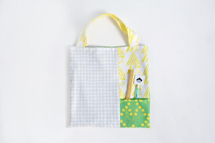 ポケットつきパッチワークバッグは、パッチワークの1枚がポケットに。ちょっとしたお出かけにぴったりの、便利な小さめバッグです。