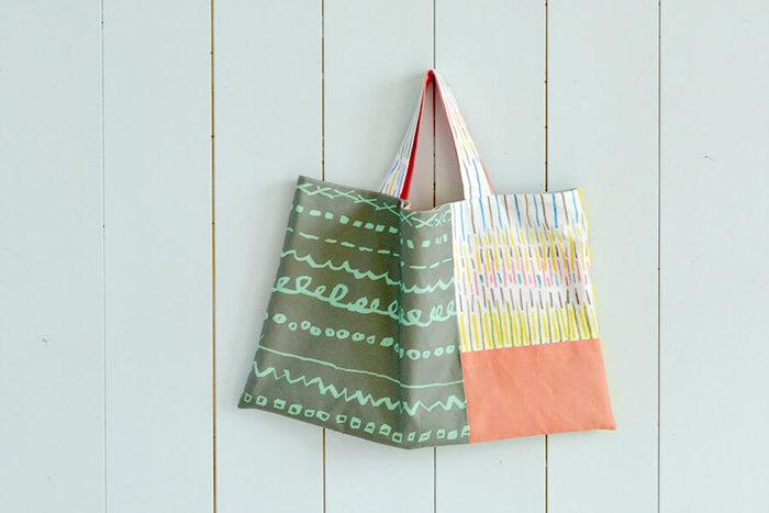 手提げバッグは、レッスンバッグとしても使える大きめサイズ。内布をつければ丈夫に作れます。前と後で柄を変えることで、デザインが2way楽しめるバッグに。