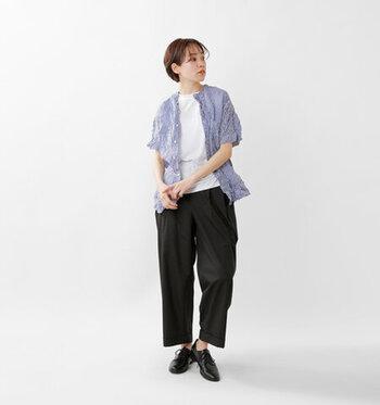 大胆なシワ加工が独特な表情を与えてくれる半袖のシャツは、コーデのアクセント使いにおすすめです。ルーズに見えすぎないよう、そのほかのアイテムは白無地のTシャツやきれいめのマニッシュシューズを合わせて、清潔感のある装いに。