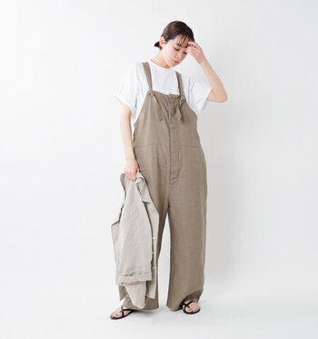 リネン素材のサロペットは、履くだけで夏らしいナチュラルコーデを作ってくれる優秀アイテム!洗いざらしの風合いのものやシンプルなデザインのサロペットなら、大人が着ても幼くなりすぎません。インに着るTシャツは、ドルマンスリーブやドロップショルダーを選んで、ゆったりとした抜け感を作って。