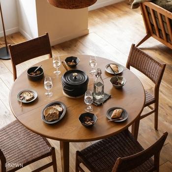 こちらのテーブルは普段はコンパクトな丸テーブルとして使えます。一台で全く違う雰囲気になるのが素敵ですね。