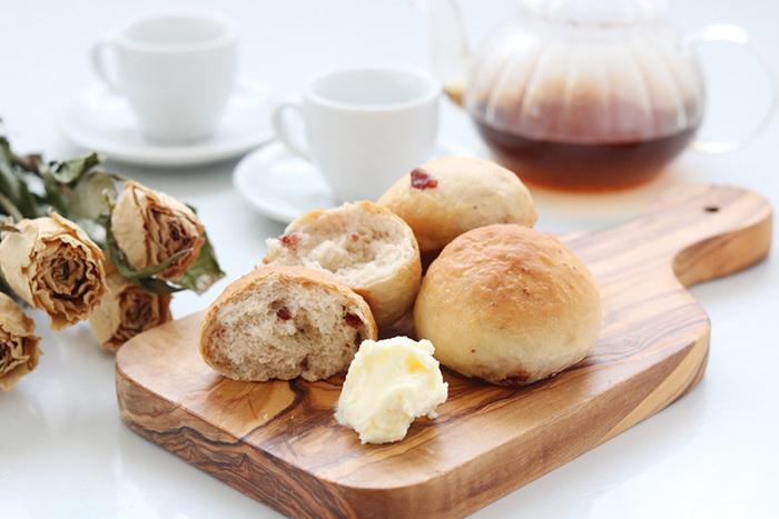 バターの代わりとしてパンに塗るのもおすすめです。バターよりはさっぱりとした味わいで、ミルクの優しい風味がパンとよく合います。