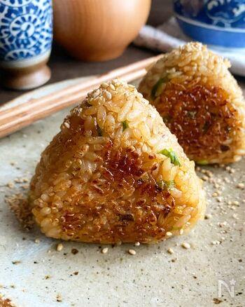 余ったタレをご飯に混ぜて焼いた、こんがりおにぎり。フライパンで手軽に作ることができます。白ごまと小ネギの風味&甘辛タレのコンビネーションが絶妙です。