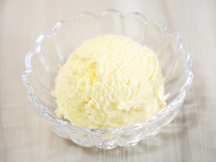 クロテッドクリームは、イギリスのコーンウォールやデボン州が生産地です。牛乳を煮詰めて冷やし、表面に固まった脂肪分を取ったもので、濃厚さは生クリームとバターの間くらい。とろりとした状態のクリームは、かき混ぜるとぽってりと固くなります。イギリスでは多くの人に愛される、アフタヌーンティーに欠かせないクリームなんですよ。