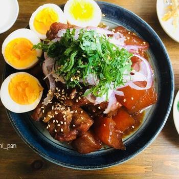 うなぎのタレと酢、生姜を加えてじっくりコトコト。しっとり柔らかな豚ロースの塊肉と大根は、作り置きにもおすすめです。