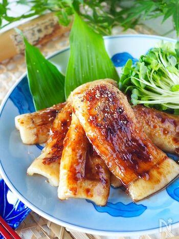 うなぎの蒲焼の代用にちくわを使えば、調理が簡単。値段が安く、カロリーも低め。魚の臭みがないので、お子さんやうなぎ嫌いの人でも食べやすいでしょう。