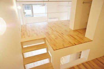 スキップフロアは階段と階段の途中に作る空間で、一般的な2階建てのお家に簡単に床面積を増やすことが出来る方法です。お部屋の様に壁に囲われた空間ではなく比較的オープンなスペースなことが多いので、開放的な雰囲気を楽しむことができます。