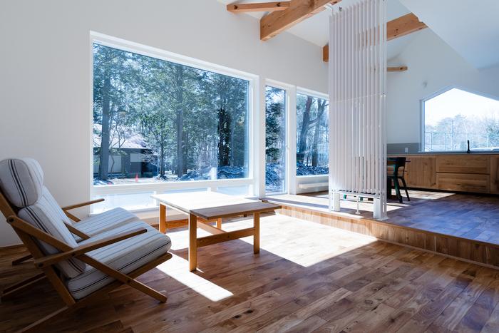 平屋など広いスペースが確保できるお宅では、高すぎないスキップフロアも◎。同じ空間でありながら、なんとなく住み分けが出来て、少し床が上がるだけでスペースにメリハリが出来ます。