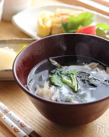舞茸から出るだしと、白だしの旨味で深い味わいになるお吸い物。シンプルで上品な汁物は、和食のメニューのおともにぴったりです。