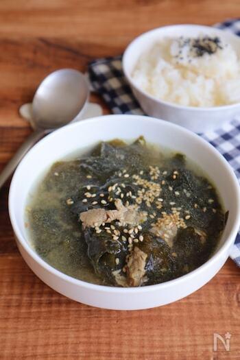 韓国ドラマによく出てくるわかめスープを、白だしを使って再現。牛肉も入っていてボリューム感があります。