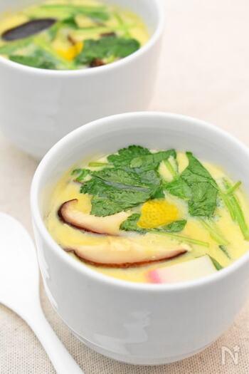 蒸し器の準備など、作るのが面倒に感じる茶碗蒸し。でもこのレシピなら、準備から完成まで約10分!味付けは白だしだけなので簡単です。