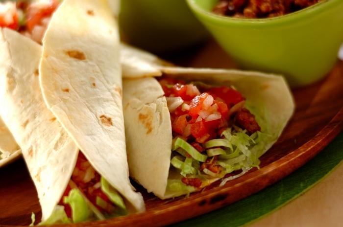 お家でメキシカン気分を味わえるタコスのレシピ。タコミートのスパイスもお好みでアレンジして辛さを足しても良いですね。意外に簡単に本格的な仕上がりになるので試してみる価値あり。ちょっとしたイベント気分も味わえそうですよね。
