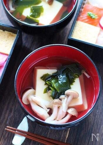 市販の卵豆腐が入った、ユニークなお吸い物。普通の絹豆腐を入れるよりしっかりとした味になります。