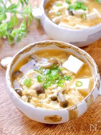 簡単に作れる和風仕立ての卵スープです。しめじと豆腐が入った優しくホッとする味。
