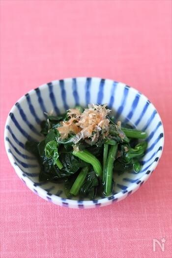 基本の和食「ほうれん草のお浸し」も、白だしを使えば味付けラクラク。調味料ひとつだけのシンプルレシピです。