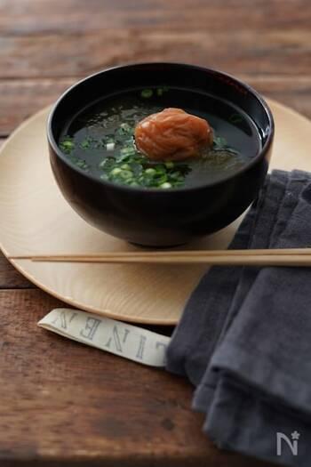 お椀に具を入れて熱湯を注ぐだけ。お鍋を使わないから洗い物がラクラクですね。梅干しでさっぱり味のお吸い物です。