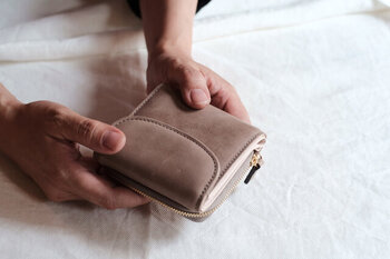 """風水的にベージュは、金運を上げる""""金の気""""と、運気を育てる""""土の気""""の両方を持つカラー。風水では、ベージュ財布を持つことで、金運がUPし、お金が貯まりやすくなる効果があるといわれています。"""