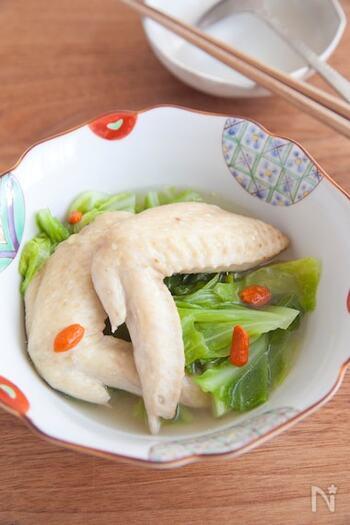 手羽先とキャベツを短時間煮込むだけでできるお手軽煮物。味付けは白だしだけでとっても簡単です。