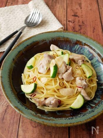 フライパンひとつでできちゃうお手軽パスタ。見た目が寂しくなりがちなペペロンチーノも、ズッキーニと鶏肉をプラスして華やかに。