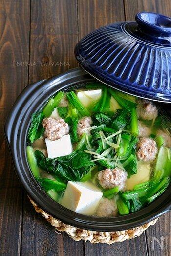 小松菜がたっぷり食べられる栄養満点のお鍋。生姜も効いて、身体が内側からぽかぽか暖まります。