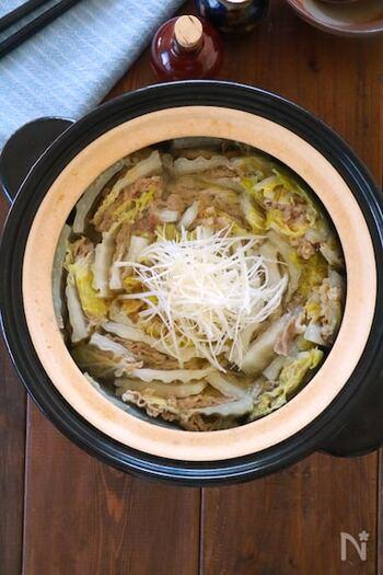 味付けは白だしとごま油のみのシンプルな鍋。豚バラ肉から旨味が出るので、さっぱり味だけどコクのある味わいです。