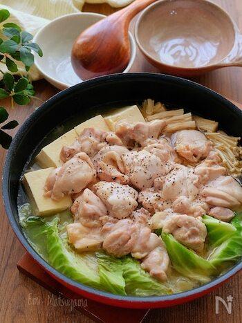 無水で素材の旨味をじっくりと引きだした蒸し鍋。鶏肉はあらかじめ下味を漬けるので、味も染み、柔らかく仕上がります。