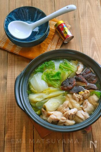 具だくさんでお腹も満足、体が内側から暖まるお鍋のレシピ。隠し味に昆布茶を入れるのがポイントです。