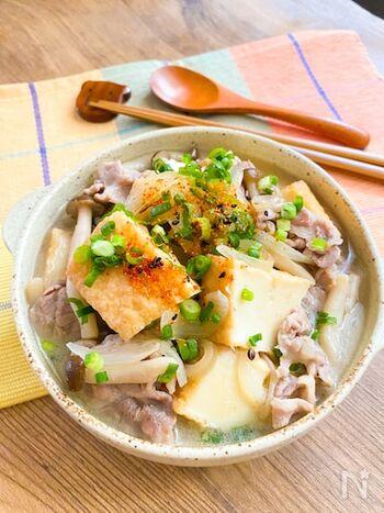 フライパンでサッとできる煮物。白だしを使った簡単味付けなのに、具だくさんでお腹も満足できるレシピです。