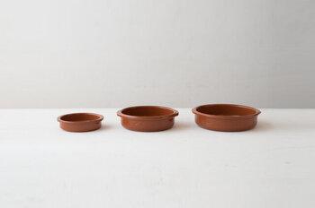 サイズは3種類あり、シーンに合わせてお選びいただけます。素焼きの陶器ならではの素朴な風合いと、温かみのあるブラウンがおしゃれな雰囲気です。グラタンや煮込み料理を引き立ててくれる素敵な食器があれば、お料理をするのがさらに楽しくなりそうですね♪