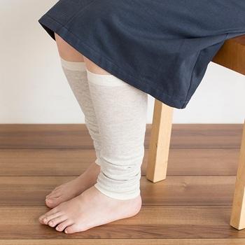 夏特有の軽やかなファッションは、足元の冷えにつながる場合も。長時間の電車移動などでは足元から冷えを感じる方も多いですよね。そんな時はレッグウォーマーをプラスしてみましょう。薄手のものならスカートから見えても重い印象にならないうえに、パンツの下にも履けるので使いやすいです。  こちらは、表側は綿、内側は吸湿・放湿性の良い絹で編まれているので、肌ざわりが良く暑い夏でも気持ちよく履けるでしょう。
