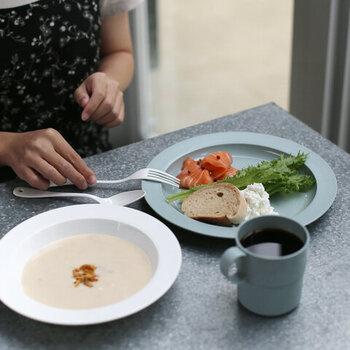フィンランド製のおしゃれな色合いのプレートは深さの異なる2種類です。キャンプではスープの他、カレーなどの汁物を入れるのに便利そう。バイオプラスチックでできていて、環境にも優しいアイテムです。