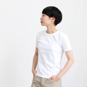 華奢な女性の場合は、肩や襟ぐりが小さめで、生地もある程度厚みのあるものがベター。コンパクトな作りだと、ジャケットなどアウターを重ねてももたつかず、きれいに着こなせます。また、フレアースカートなど、ボトムにボリュームがあってもバランス良く見えるのは、腰上くらいの丈感。カジュアルだけど作りがしっかりしていて、へたりにくい「MAROBAYA(マロバヤ)」の白Tシャツ。着ているうちに体に馴染んで行く様もかっこいい。飾らない大人の女性におすすめです。