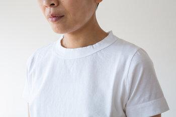 同じクルーネックでも、薄いとよそゆき顔、厚めだとカジュアルにみられやすい傾向があります。さらに、おしゃれさんは、ディティールにこだわりたいですね。洗いざらし感が気持ち良い「homspun(ホームスパン)」の天竺Tシャツ。やや立ち上がった首元のデザインが特徴的。後ろからみた時もキリッとした印象で、気持ちよく着られますよ。