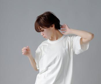 希少繊維と言われるスピンコットンを贅沢に使ったTシャツ。シルクのようなしっとりとした質感と、上品な光沢が魅力的です。肩周りはシームレスで抜け感あるデザイン。ハンサムな女性におすすめです。
