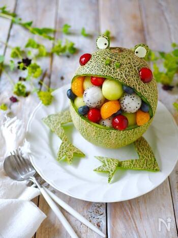 メロンがあったら作りたい、食べるのがもったいないくらいキュートなカエルのフルーツポンチ。  メインの果物はメロンとドラゴンフルーツを丸くくり抜いたもの。その隙間にみかんやブルーベリーなどデコレーション。各々器に装った後サイダーを注いで頂きます。