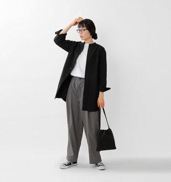 ハリ感のあるマニッシュなスタンドカラーシャツを羽織った、ハンサムなスタイル。白・黒・グレーのモノトーン配色で、きれいめにまとめつつ、ややルーズなシルエットのパンツと足元のスニーカーでくずして、バランス良く着こなしています。