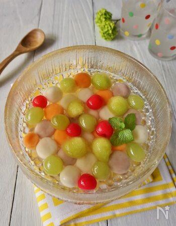 フルーツポンチの白玉にジャムやジュースを加えることで着色することもできます。こちらは3色の白玉が入ったレシピ。  メロンをフルーツボーラーでまんまるにくり抜いたり、マスカットやさくらんぼなど丸い果物と合わせればコロコロとしたかわいらしいフルーツポンチの出来上がり。
