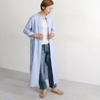 定番のストライプ柄ワンピースはマンネリしそうなイメージがありませんか?でも、中に着るものを変えるだけで、さまざまなコーデを楽しめるアイテムでもあるんですよ。ラフな雰囲気にしたいなら、シンプルな白無地Tシャツにデニムパンツを合わせてみて。ピッチの狭いロールアップ✕ぺたんこのサンダルは、足元を軽やかに見せてくれます。