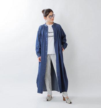 一枚で着るとのっぺりと見えがちなデニムのロング丈ワンピースも、羽織として取り入れるとこなれた雰囲気になります。インディゴカラーは、淡色コーデの引き締めアイテムとしても優秀です。淡いグレー×白は、甘くフェミニンな印象を与えやすい組み合わせですが、ロゴTシャツやストライプパンツなど、選ぶアイテムによっては辛口に見せてくれますよ。