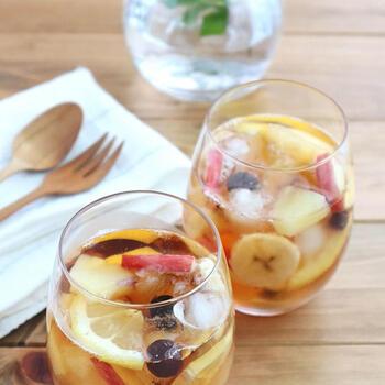 アイスティーを淹れたらその中に、ひんやり凍らせたフルーツを入れてみて!いつものお茶といつものフルーツを合わせるだけなのに、こんなに素敵なドリンクができちゃいます。お好みでシロップやはちみつで味付けしたら、まるでお店の味!?