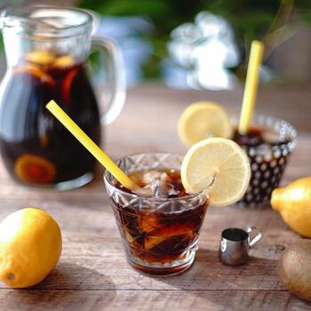 一見レモンティーにも見えるこちら。キウイの果肉と皮ごとレモンをアイスコーヒーに付け込んで、簡単にできちゃうおしゃれなドリンクです。すっきり酸味の効いた味わいは夏にぴったり!