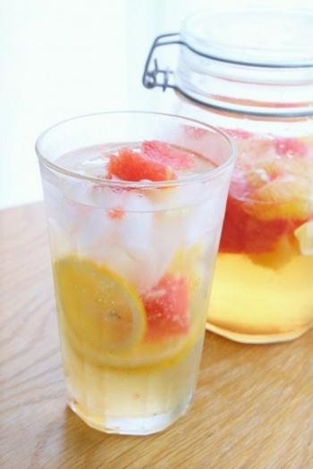 ルビーとホワイト、2種類のグレープフルーツを氷砂糖と合わせたら、最後にリンゴ酢を入れて付け込んで。サワーシロップ自体は1日でできちゃいます。できあがった果肉入りシロップを無糖の炭酸水で割れば、夏にぴったりのグレープフルーツドリンクの完成です!