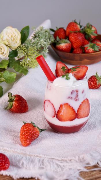 いちごとストロベリーピューレを使って作る、ちょっと豪華ないちごミルク。ショートケーキみたいないちごの模様は、薄くカットしたいちごをグラスに貼り付けることで作っています。タピオカストローを使って、いちごの果肉感も楽しんで。