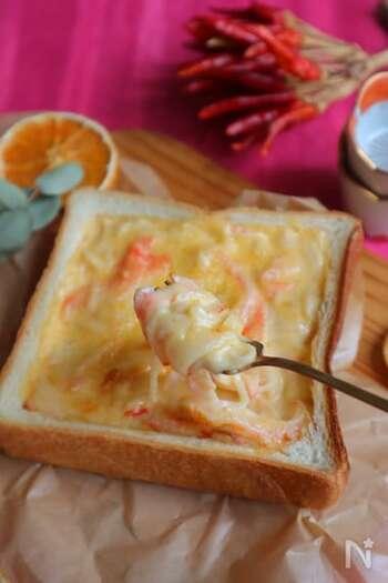 カニカマでつくるクリームコロッケ風トーストは、贅沢な食べ応え。 生クリーム×スライスチーズで作るお手軽ホワイトソースは、まろやかな味わい。玉ねぎは、完全に火を通すのがポイントです。最後にのせるパン粉は、焼き上げるとカリカリとして美味しい食感に◎  調理時間:10分