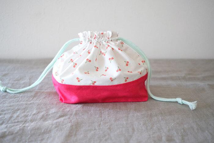 気に入ったタイプのお弁当バッグが見つからない場合は、好きな生地で作ってみるのもいいですね。こちらは定番の巾着型のお弁当バッグの作り方です。直線縫いのみ、型紙もいらない簡単設計ですが、切り替えがあるのできちんとした印象になります。生地の組み合わせを考えるのも楽しそう。