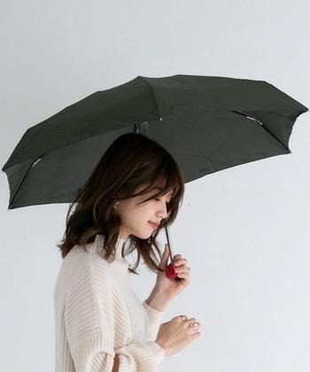 広げると直径は88cmほどになります。傘の生地はポリエステル製でスタンダードな質感です。コンパクトながら、急な雨をしのぐには十分な大きさがあります。