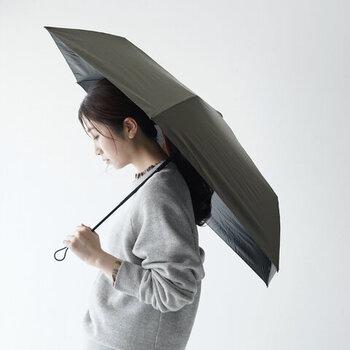開くと直径は97cmになり、女性はもちろん男性が使っても十分に雨をしのげる余裕があります。手元には丈夫なストラップが付いていて、持ち手に安心感があります。