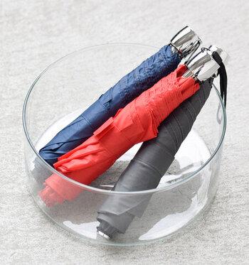 スリムで美しいシルエットが特徴的な折り畳み傘です。持ち手の部分がシルバーで、スタイリッシュな雰囲気です。スリムだからバッグに入れやすく、管理しやすくて快適です。折り畳み時の長さは25cmです。