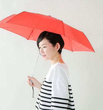 開くと傘の直径は約90cmになります。荷物も守れるくらいの大きさで、余裕があります。ベーシックな黒、青も素敵ですが、鮮やかな赤はドラマチックで女性らしいです。軽くて丈夫なポリエステル製の生地です。
