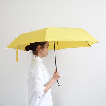 傘は開くと直径93cmになり、ちょっとした雨風もしのげる頼もしさがあります。傘骨にグラスファイバーやポリカーボネートを使うことで、強風にもしなって風を受け流し、折れにくいように作られています。